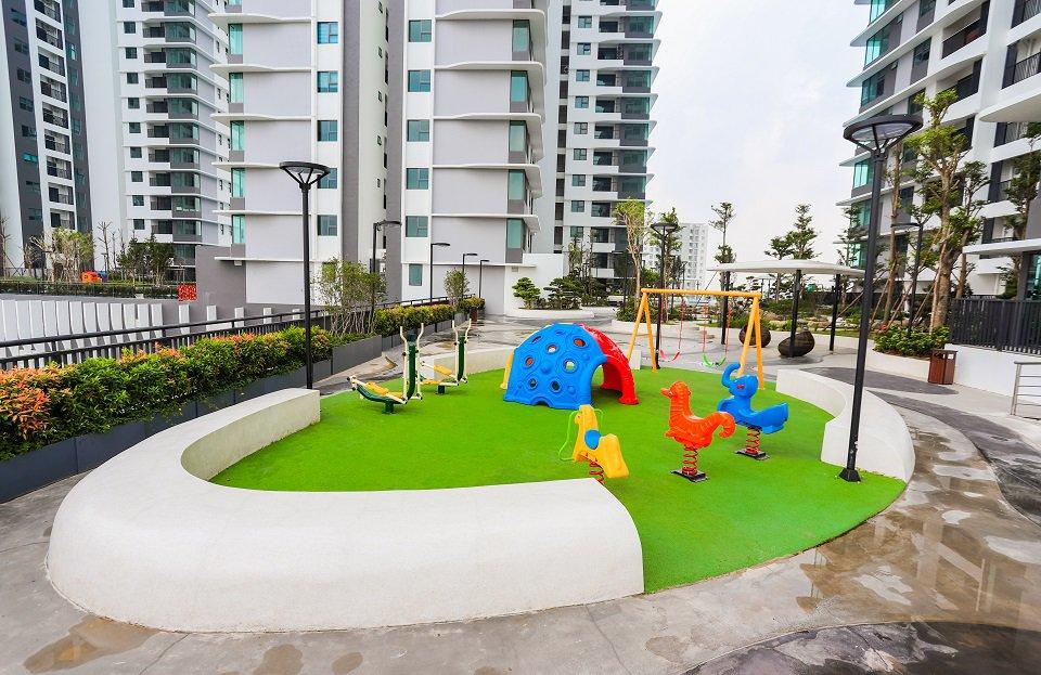 Khu vui chơi cho trẻ em trên khu sân vườn tầng 5 tòa nhà The Zen Residence