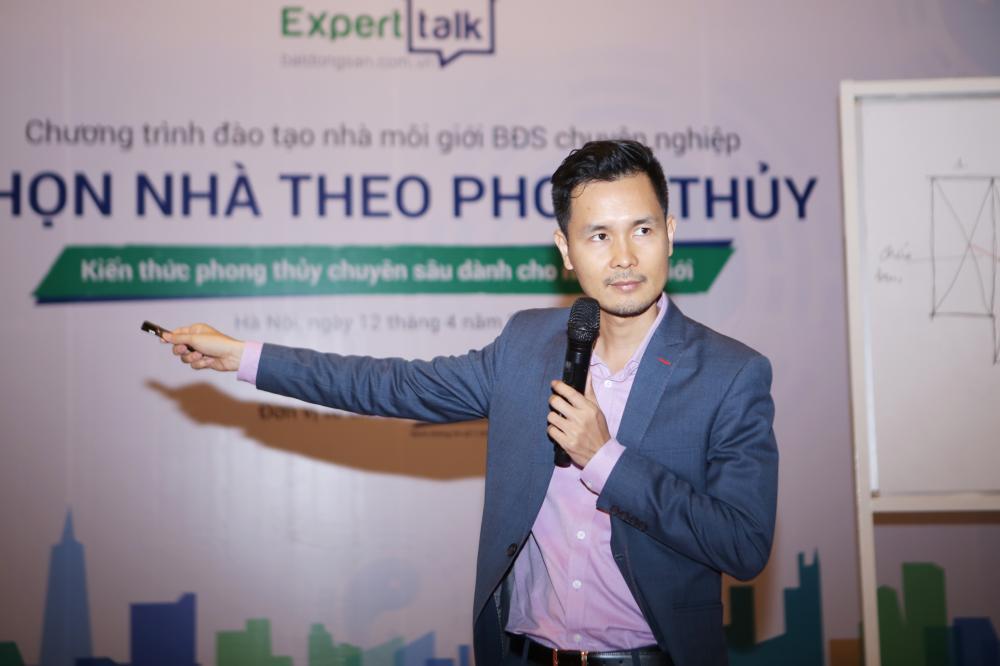 Chuyên gia phong thủy Phạm Cương giảng bài tại Expert Talk 2