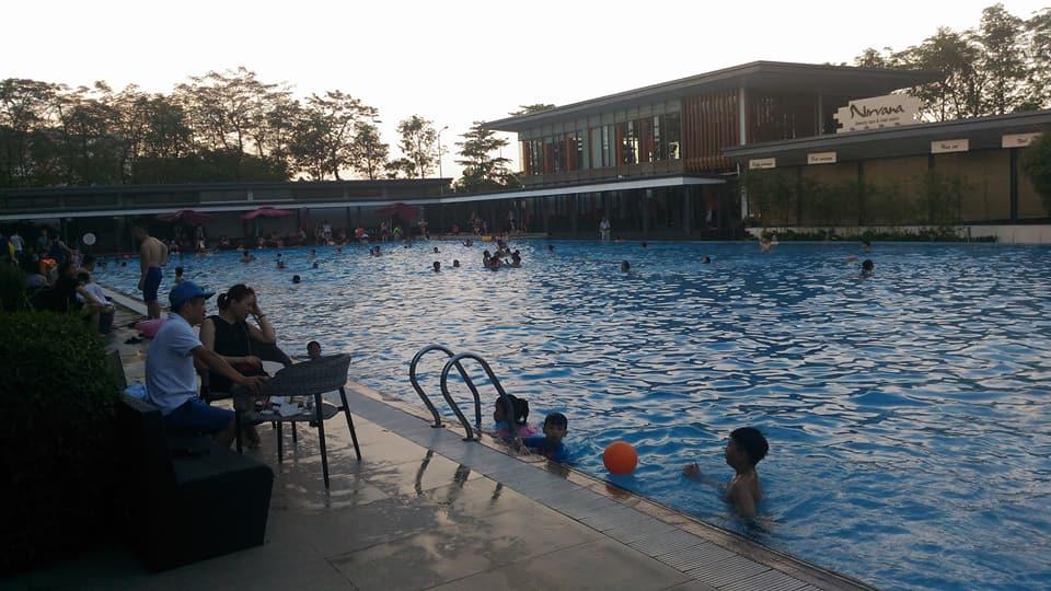 Bể bơi Gamuda chiều ngày thứ 7, cư dân đưa các cháu đi bơi